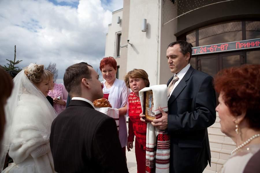 Кто из родителей держит икону на свадьбу